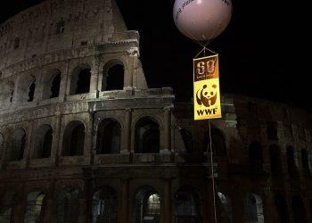 """Il Colosseo durante """"L'ora della Terra"""" (foto: wikipedia.org)"""