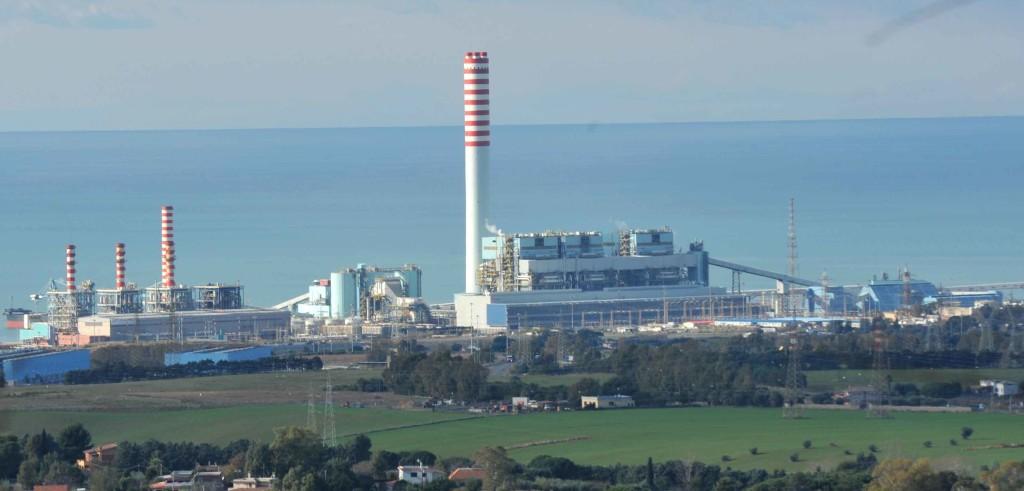 La centrale Enel di Torrevaldaliga (foto: www.terzobinario.it)