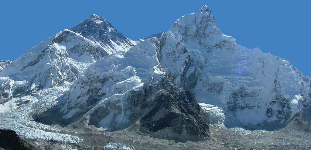 Un panorama del Monte Everest (foto: Wikipedia)