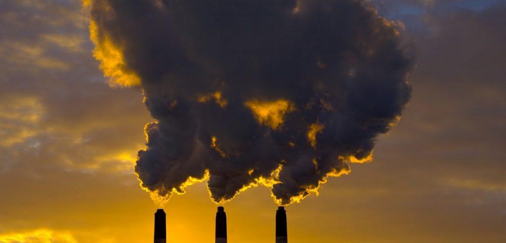 Le ciminiere di un impianto di produzione (foto: www.holisticvanity.ca)