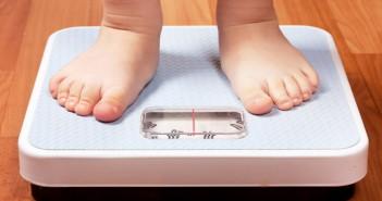 Un bambino sulla bilancia (foto: lamedicinaestetica.com)