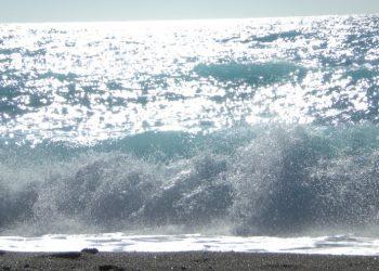 Onde che si infrangono su una spiaggia (foto: http://www.kissesfromlefkada.com/)