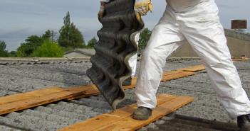 Operai al lavoro per la rimozione di pannelli di amianto (foto: www.bureausecurity.it)