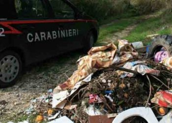 Un'automobile dei carabinieri accanto a un cumulo di spazzatura (foto: www.alternativasostenibile.it)