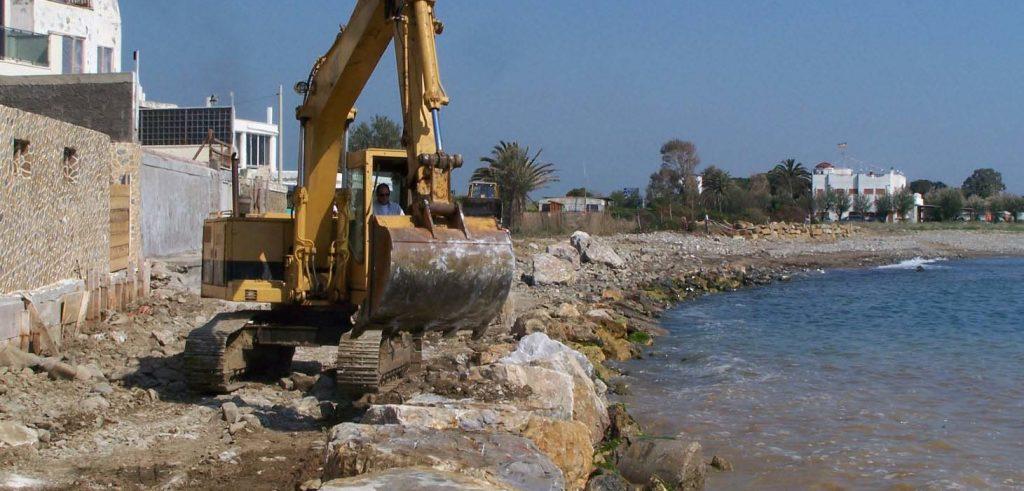 Lavori di protezione della costa contro l'erosione in Toscana (foto: www.civonline.it)