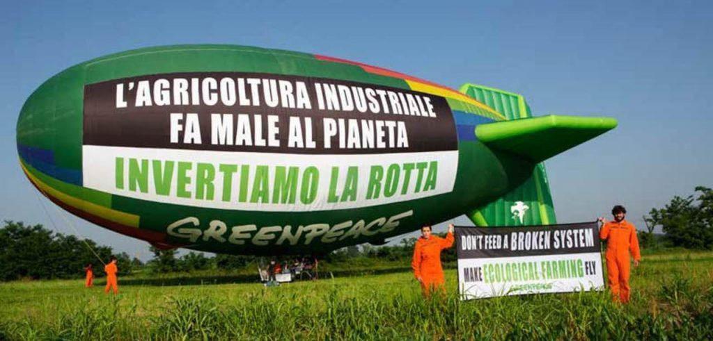 Il dirigibile di Greenpeace (foto: milano.corriere.it)