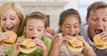 Una famiglia alle prese con degli hamburger (foto: www.bimbisaniebelli.it)Una famiglia alle prese con degli hamburger (foto: www.bimbisaniebelli.it)