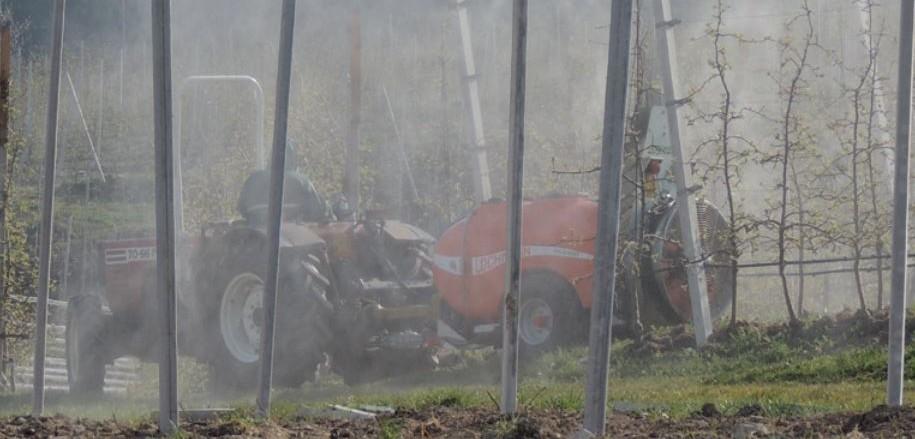 Un agricoltore della Val di Non intento ad irrorare i meleti con pesticidi
