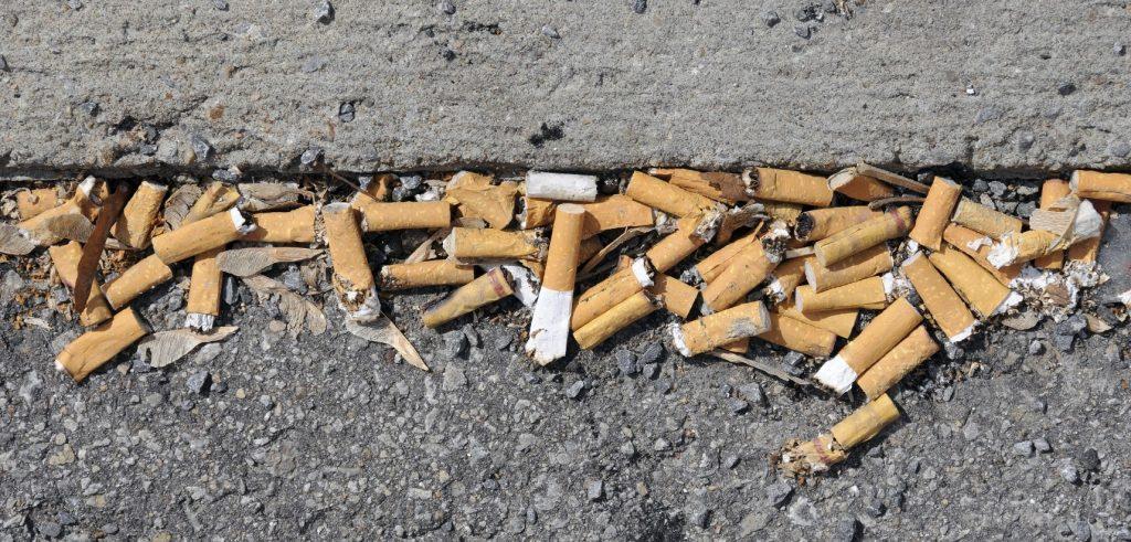 Mozziconi di sigaretta a terra