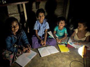 Bambini che possono studiare la sera grazie alla lampada solare