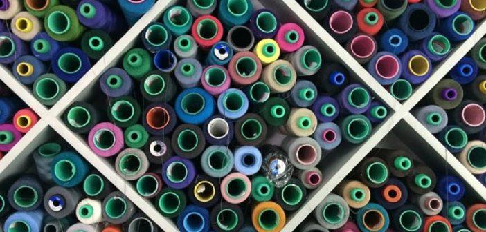 Industria sostenibile della moda: rolls of colourful threads (foto: freegreatpicture.com)