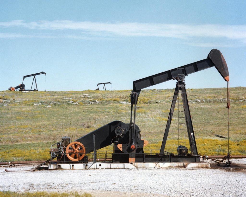 pompa petrolifera Usa (foto: wind turbines girl (turbine eoliche (foto: pompa petrolifera Usa (https://pixabay.com/)