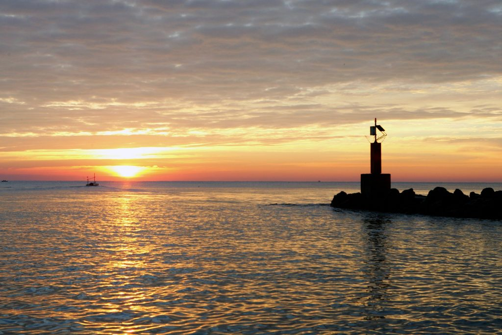 Sunset at the ocean with lighthouse (foto: https://pixabay.com/)