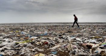 Protezione dei mari, rifiuti di plastica negli oceani. Foto di S L Shanth Kumar (https://lareleveetlapeste.fr/)