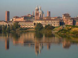 Mantova città verde d'Italia 2017, foto di ©Massimo Telò (foto: https://commons.wikimedia.org/wiki/File:Mantova_-_Profilo_di_Mantova.jpg)
